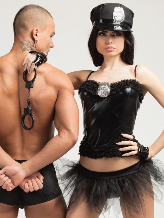 Девушка встретила парня в сексуальном костюме